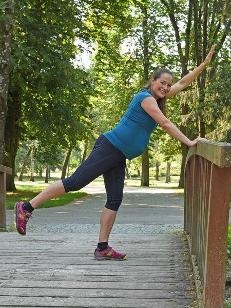 Foto von Beata pränatales Training auf einer Brücke in einem Park tuend