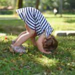 Foto eines Kindes, das Übungen im Park tut