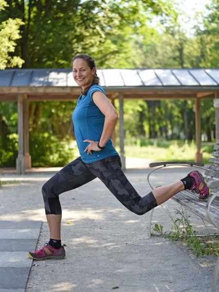 Foto von Beate macht Übungen in einem Park