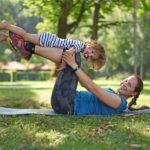 Foto von Beata und von Tochter, die Übungen in einem Park tun