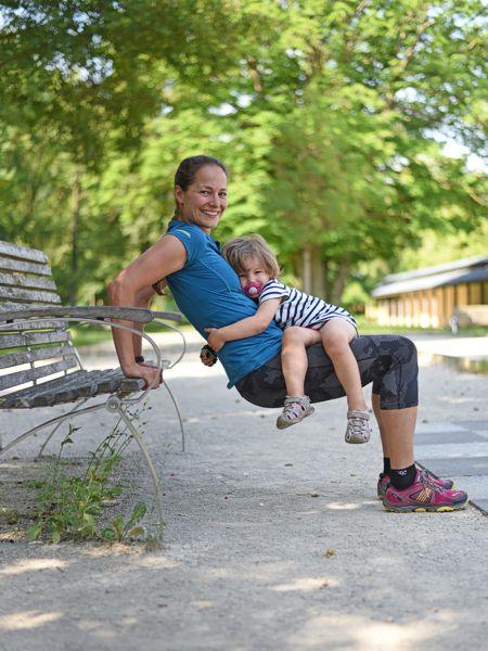 Foto von Beate mit der Tochter, die Übungen auf einem Spielplatz tut